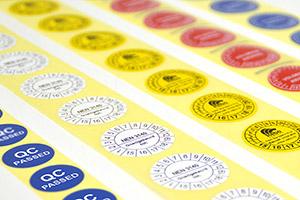 Keuringsstickers, inspectielabels en kalibratie-stickers bedrukt u allemaal met een labelprinter van Rebo. Volgens normen zoals NEN 3140 en met úw logo en/of gegevens. Leverbaar in diverse formaten, kleuren en kwaliteitssoorten.